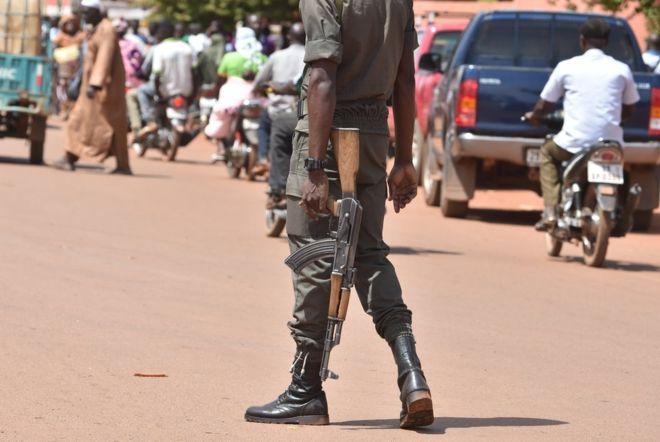 Burkina Faso gunmen 'kill 20 at cattle market' in Kompienga